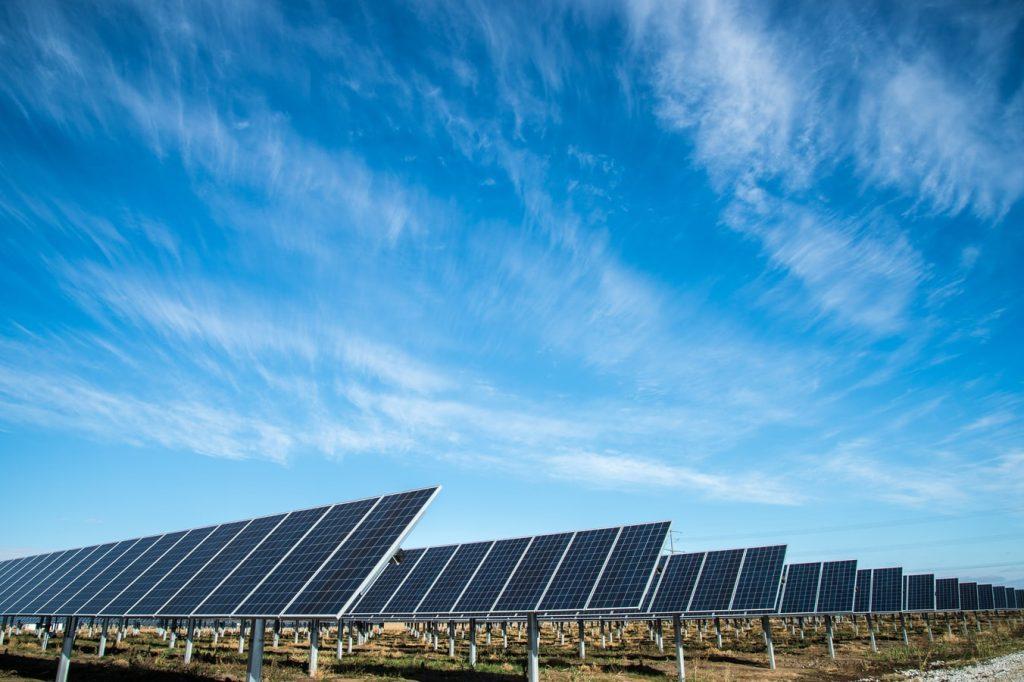 Estos son las nuevas tarifas para las privadas que deseen seguir transmitiendo energías renovables a través de las vías de la CFE. *Foto: Unsplash