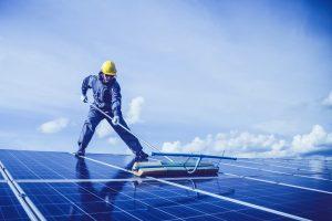 Hombre limpiando paneles solares